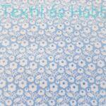 Fehér virágos pamutvászon kék alapon
